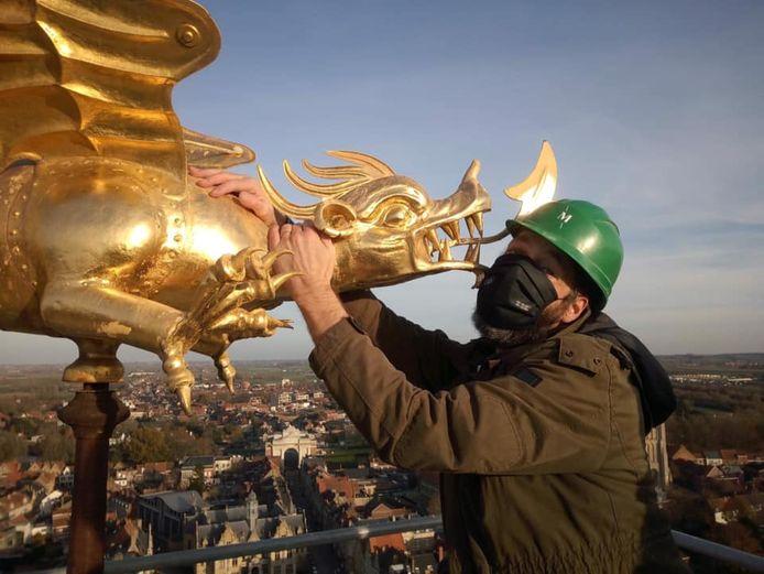 Museummedewerker Wouter Sinaeve kon al eens knuffelen met de draak op de belforttoren.
