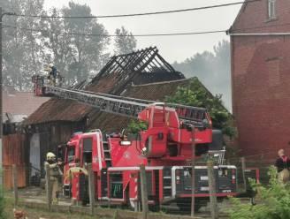 Uitslaande brand legt schuur en machines volledig in de as