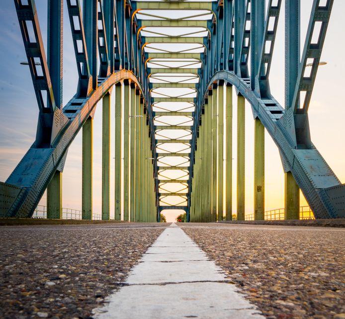 De IJsselbrug tussen Zwolle en Hattem is voer voor fotografen, nu deze een maand afgesloten is.