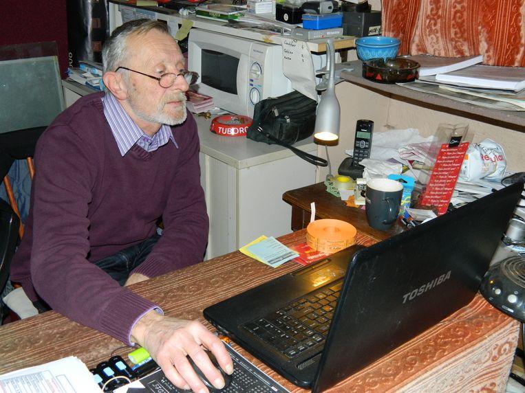 Tijdens de film trekt Jean Claude zich terug in zijn piepklein kantoortje boven de zaal om wat cijferwerk te doen.