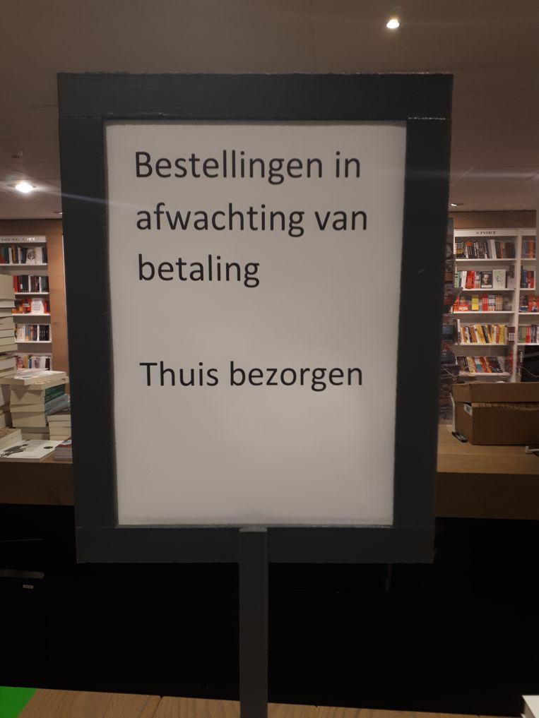 Tijdens de lockdown bezorgt de boekhandel aan huis. Beeld Emiel Hakkenes