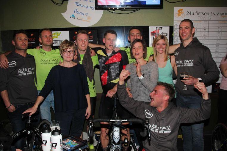In 2018 fietste Tom Burms (in het midden) vergezeld van zeven lopers  24 uur onafgebroken in café Komdalier aan het station van Burst.