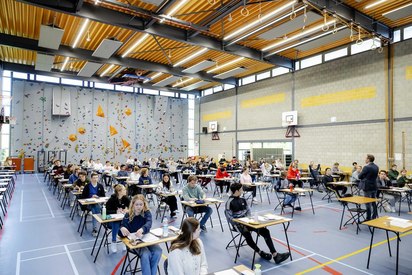Leerlingen buigen zich over hun eindexamen wiskunde.