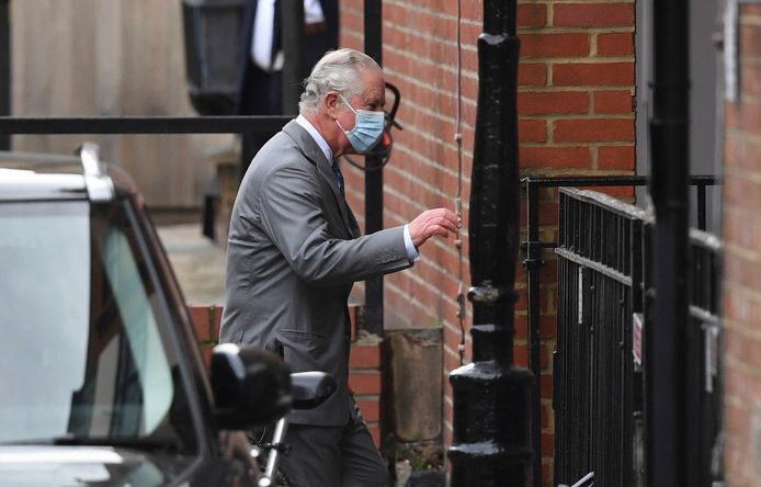 De Britse prins Charles brengt een bezoekje aan zijn vader die in het ziekenhuis ligt.