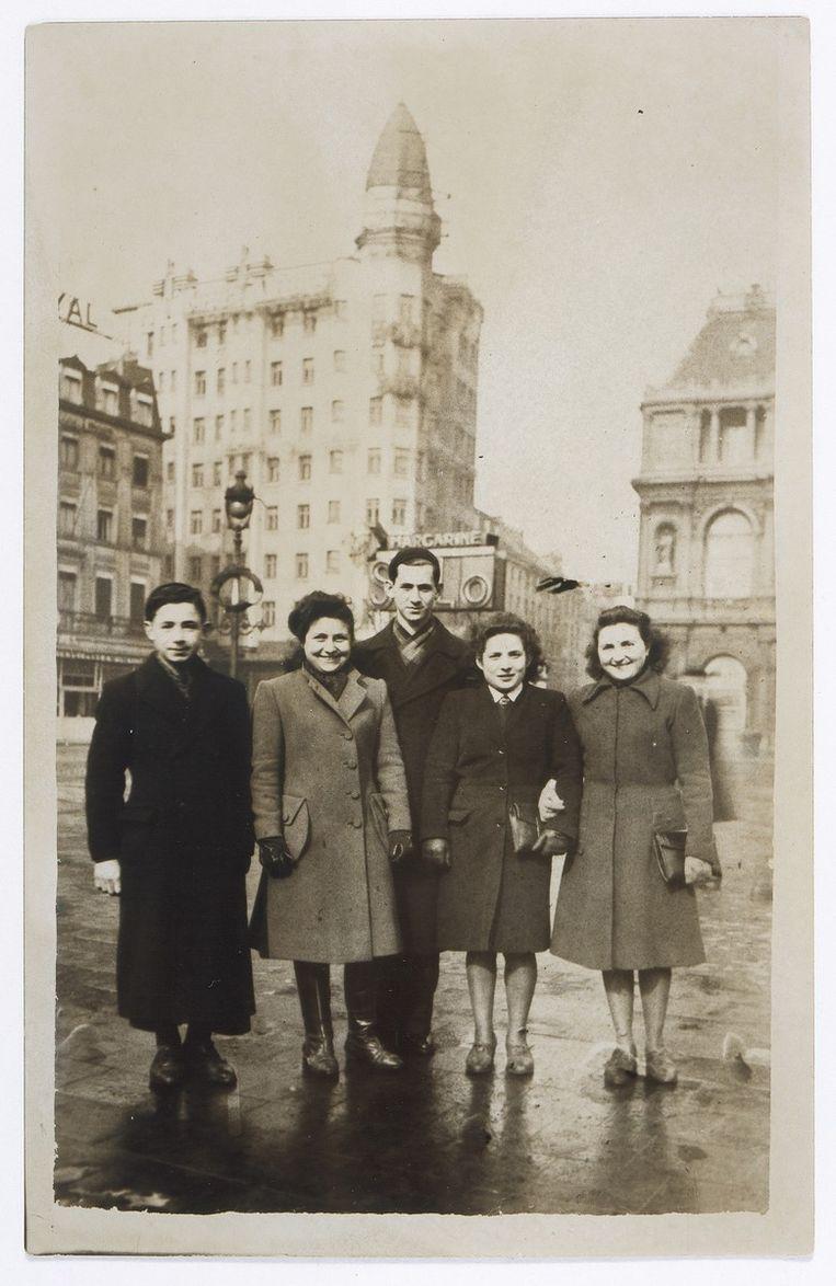 Regina Rotenberg (tweede rechts) met vrienden in Brussel, 1942. Beeld ushmm