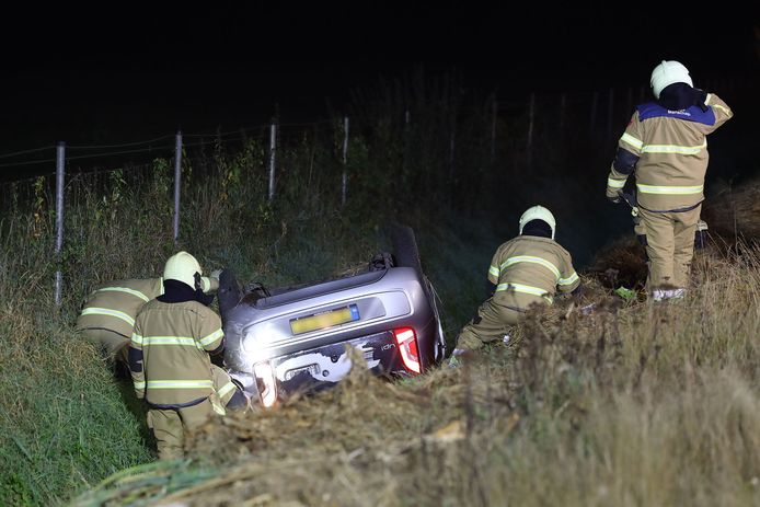 Auto belandt in sloot op A50 bij Schaijk.