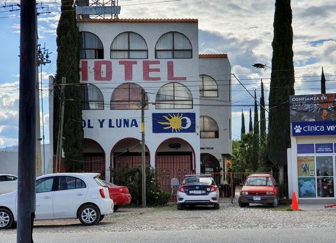 Een politieauto is voor het Sol y Luna-hotel geparkeerd nadat migranten die er verbleven door gewapende mannen werden ontvoerd.