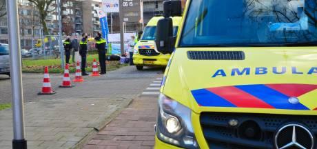 Snorfiets met daarop moeder en twee kinderen geschept door auto in Helmond