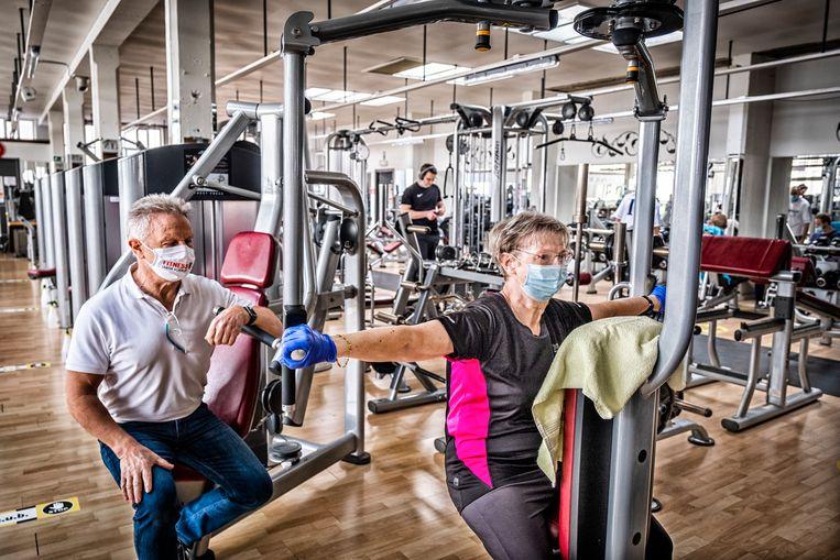 Dominique Chapelle (l.), zaakvoerder van Fitness Center Heverlee, met klant Nicole Sterckx (r.) Beeld Tim Dirven