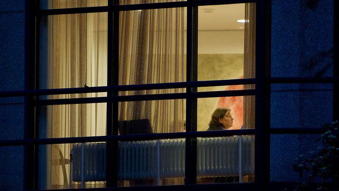 FNV-voorzitter Agnes Jongerius zit maandagavond voor het raam van het hoofdkantoor van de vakbond in Amsterdam. De FNV is hier in beraad over de pensioenen. De discussie gaat over de eisen waaraan het nieuwe pensioensysteem moet voldoen