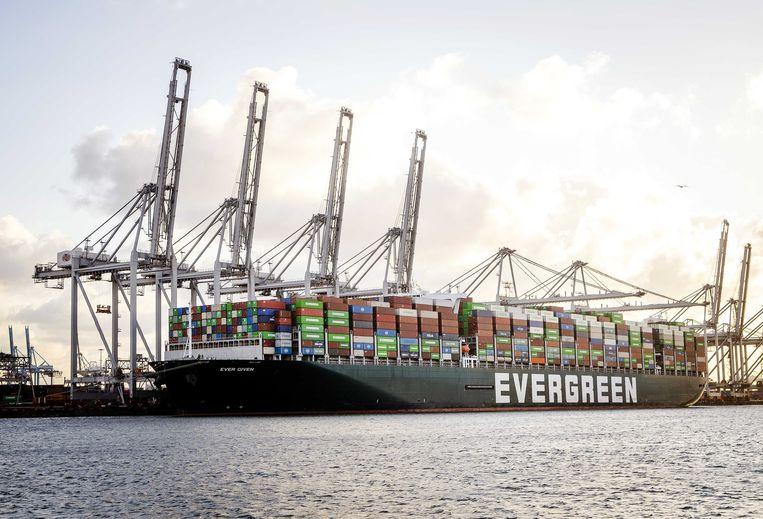 Het containerschip Ever Given ligt bij de ECT Delta terminal in de Rotterdamse haven. Beeld ANP, Remko de Waal