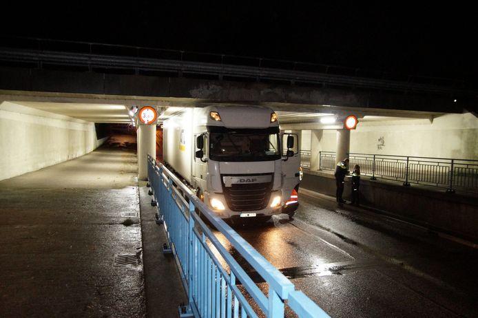11-11-2019: Het was te verwachten: wéér rijdt een vrachtwagen zich klem onder het beruchte Waalwijkse viaduct