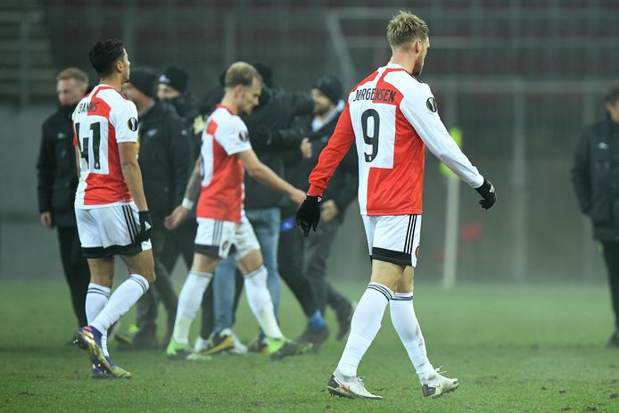 De Feyenoord-spelers druipen af na de nederlaag bij Wolfsberger.