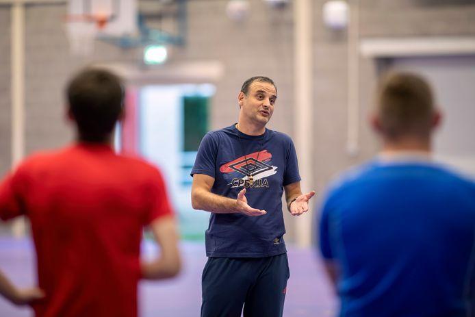 Training bij de heren van handbalvereniging Dynamico in Oss. Trainer Vladan Mijalkovic in actie.