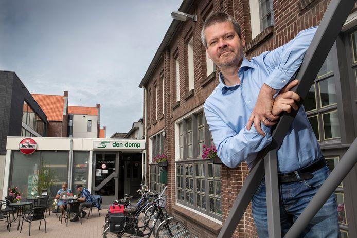 Maarten van Dijck is voorzitter van Stichting Gemeenschapsvoorzieningen Haaren, eigenaar van Den Domp, dat is gehuisvest in een voormalige kleuterschool met platte aanbouw erachter.