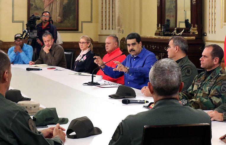 Een door de Venezolaanse regering vrijgegeven foto laat zien hoe president Maduro zijn legerleiding bijeen heeft geroepen.  Beeld AFP/Venezuelan Presidency