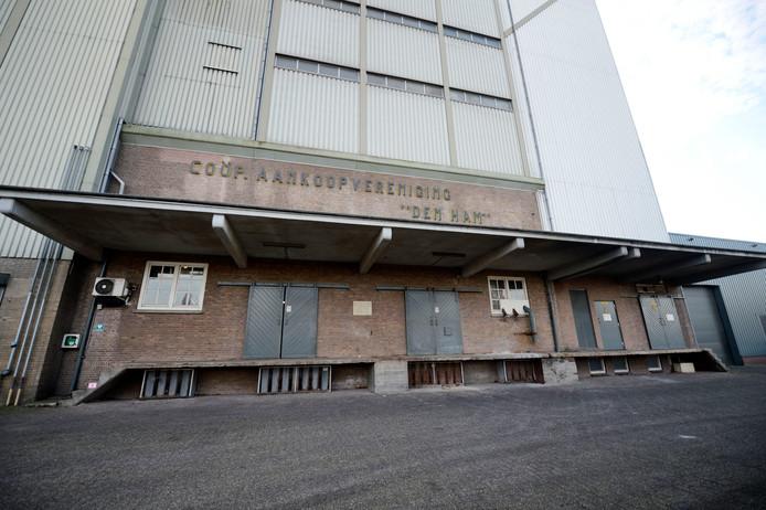 Het pand van CAV Den Ham aan de Dorpsstraat in Den Ham is een van de panden waar al sinds 2007 beslag op rust.