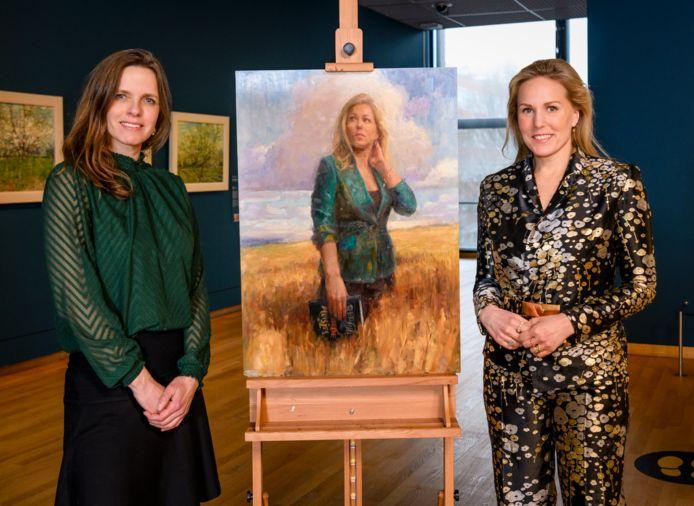 Kunstenaar Wenkce Vinks (links) met Hadewych Minis bij haar winnende portret.