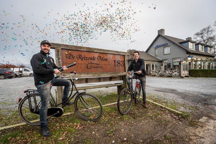 Rob van Berlo en Bart van der Zwaan hebben een alternatief voor carnaval bedacht. Op de fiets een soort kroegentocht langs afhaalpunten. Restaurant de Reizende Man is een van de deelnemende plekken.