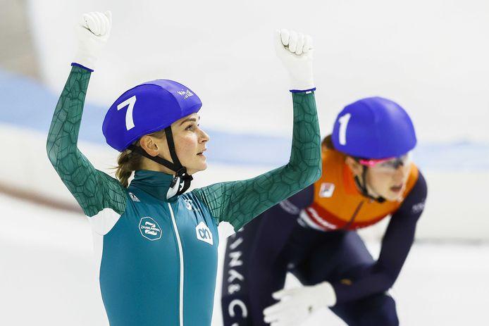 Irene Schouten (l) juicht na het winnen van de massastart voor Suzanne Schulting tijdens het WK-kwalificatietoernooi schaatsen in Thialf.