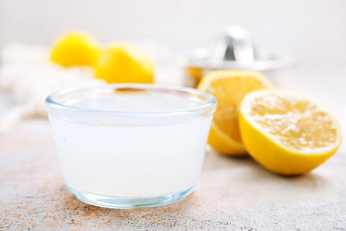 Een glas citroensap in lauwwarm water.