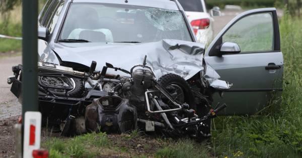 Motorrijder gewond naar ziekenhuis na ongeluk met auto in Veghel.