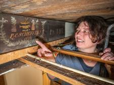 Liesbeth Labeur doet bijzondere vondst boven plafond in haar huis