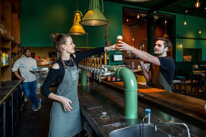 Kunnen ze het nog? Leanka (23) en Milan (23), horecapersoneel van café Hofman, oefenen op het tappen van een biertje.