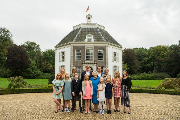 Prinses Beatrix samen met haar kinderen en kleinkinderen voor kasteel Drakensteyn. Beeld ANP