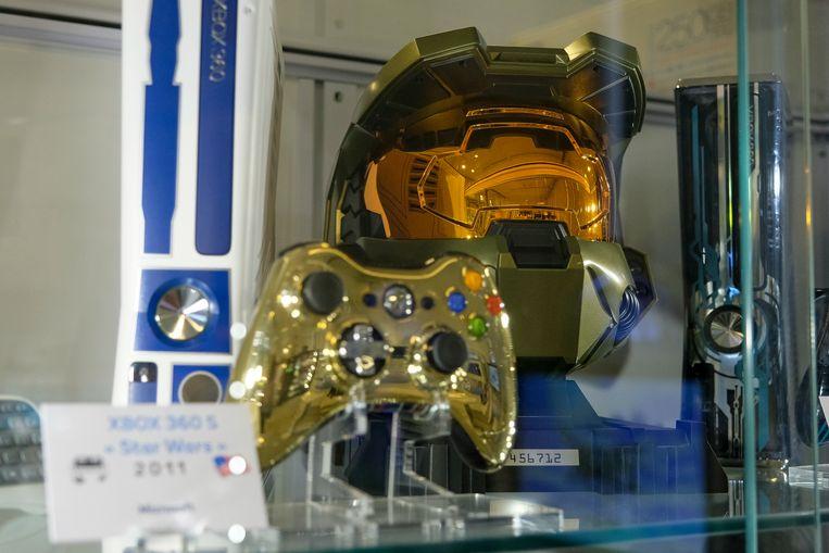 Naast tal van Xbox-consoles vind je er ook de helm van Master Chief terug, het hoofdpersonage uit de 'Halo'-reeks.  Beeld Marc Baert