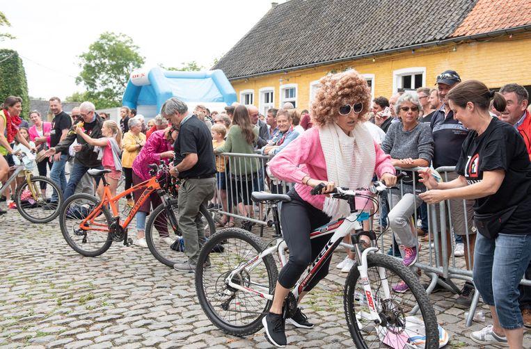 Gemeenteraadslid Tineke Van hooland in actie. Zij won de damersrace.