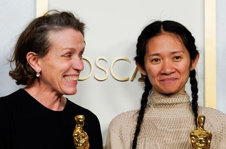 Actrice Frances McDormand (links) en regisseur Chloé Zhao. Beeld Reuters