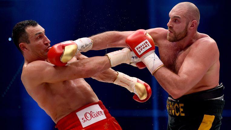 Vladimir Klitsjko (l) verloor vorig jaar zijn titel aan Tyson Fury. Beeld
