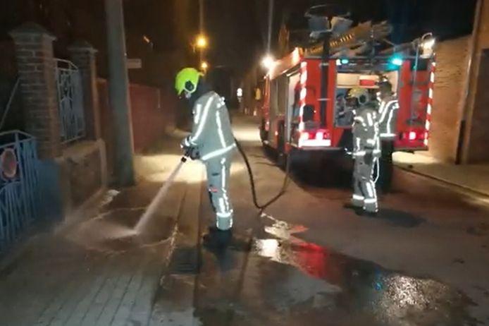 De brandweer kwam ter plaatse om de bloedsporen van de steekpartij weg te spuiten.
