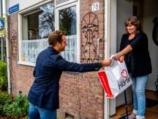 Hugo de Jonge deelt kerstdiners uit in Rotterdam