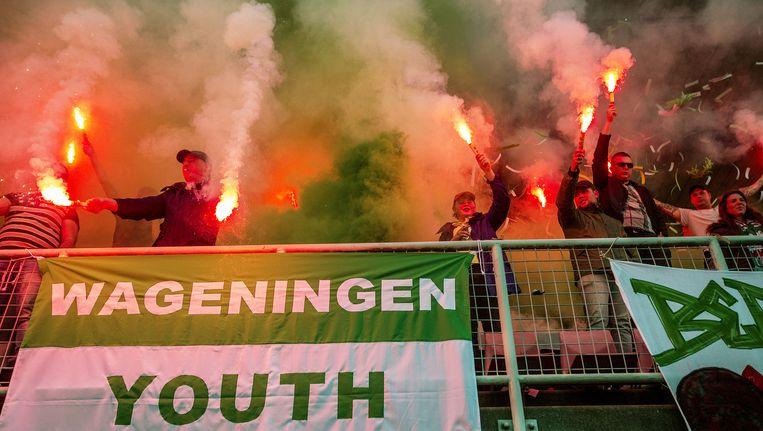 Haarlem, 3 juni: een vriendschappelijke wedstrijd tussen veteranen uit het betaald voetbal ontaardt in een grimmige vertoning van vuurwerk en knokpartijen. Beeld Jiri Buller