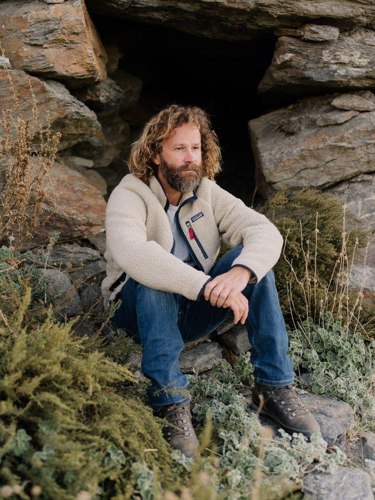 Kunstenaar Louis De Cordier voor de ingang van zijn bunker.  Beeld Kevin Faingnaert