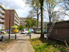 Man uit Apeldoorn raakt ernstig gewond na val van dak, traumahelikopter landt naast de A50