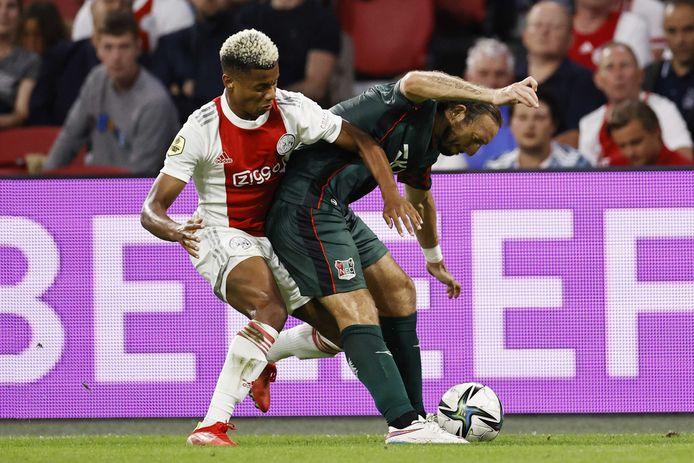 Edgar Barreto houdt David Neres van de bal tijdens de wedstrijd tussen Ajax en NEC (5-0).
