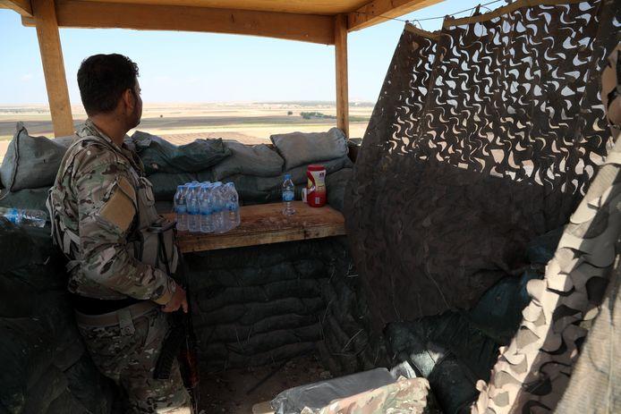 Een SDF-strijder houdt toezocht op de Turkse grens.