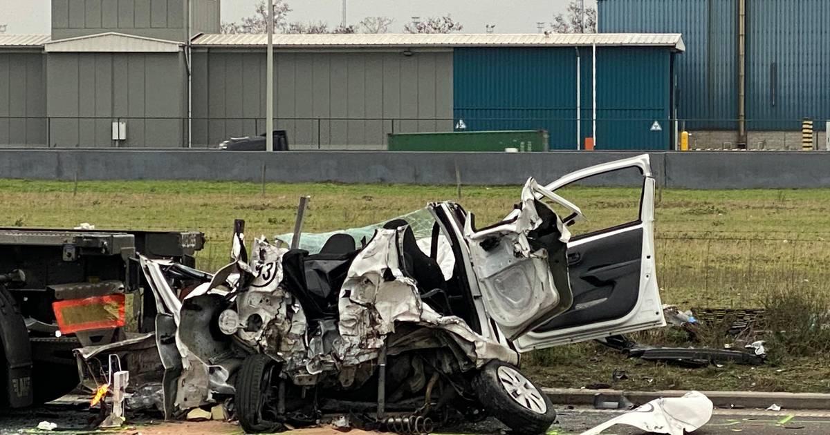 Zwaar verkeersongeval in havengebied: twee personen overleden.