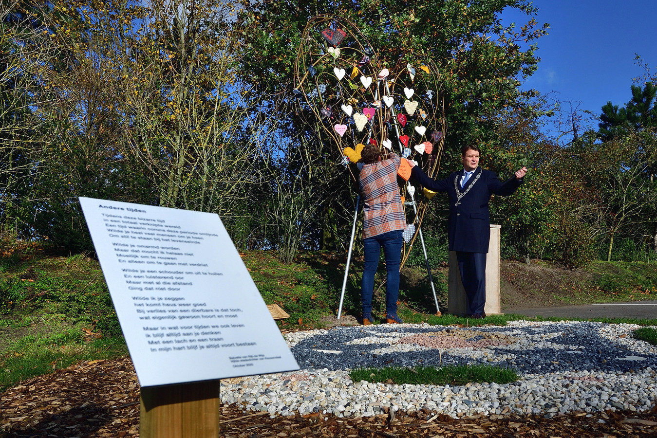 Han van Midden hangt samen met kunstenares Gea Korpel de eerste boodschap in het corona-gedenkmonument bij creamtorium Zegestede.