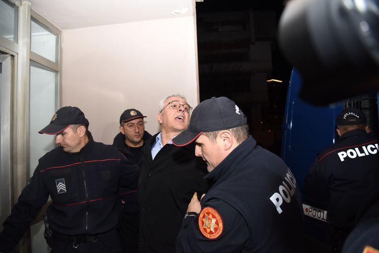 Andrija Mandic, lid van de pro-Servische oppositiepartij Democratisch Front wordt geëscorteerd door de politie in Podgorica, Montenegro.  Beeld EPA