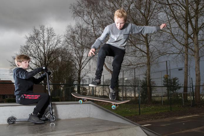 Tijs Reimert op de skatebaan, skatevriend Tygo Nijboer kijkt toe.