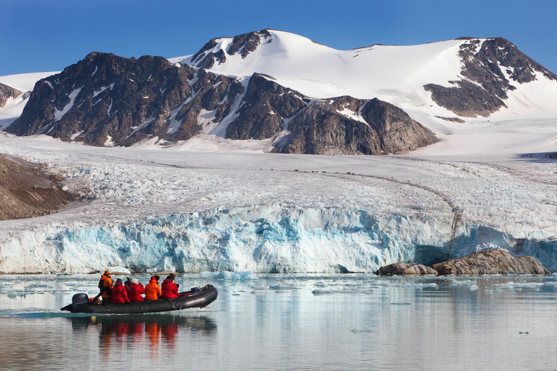 Toeristen bekijken een gletsjer op Spitsbergen, 2013.  Beeld Getty Images