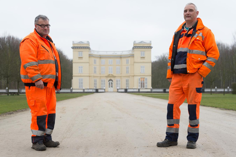 Jan De Ost en Luc Van de Moortel van de Groendienst hielpen destijds mee aan het opstellen van het decor voor de opnames van Koko Flanel aan het Kasteel d'Ursel.