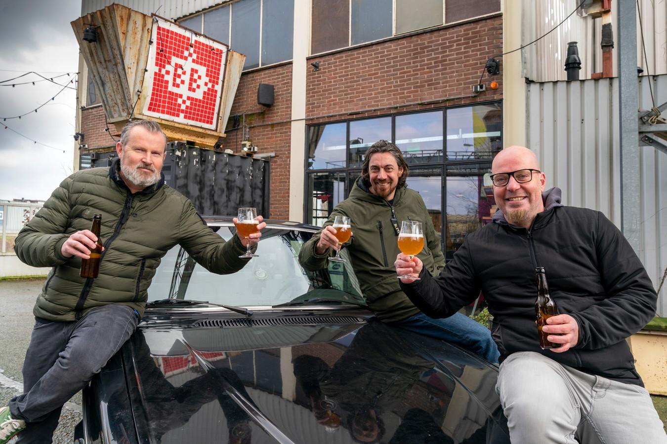 Marcel Pennings (Iinks), Boudewijn Goossens en Laurens Ubert zijn 25 jaar vrienden en vieren dit, samen met nog ruim tien andere vrienden, met het brouwen van hun eigen Prutsbier.