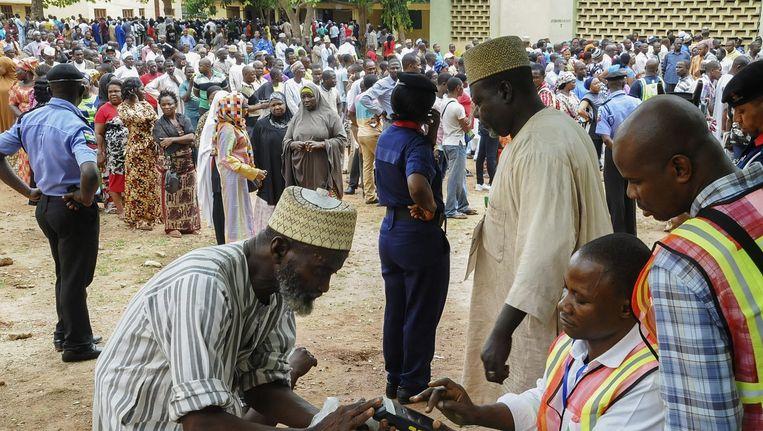 Lange rijen voor de stembureaus in Nigeria. Beeld epa