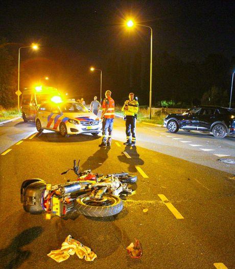 Motorrijder botst op auto in Nijkerk
