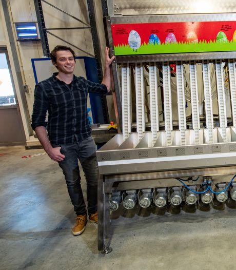 Dennis (26) vindt unieke vulmachine uit: zo worden miljoenen Tony's Chocolonely-eitjes in Holten ingepakt